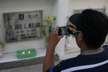 Mario Mercado visits the tomb of his mother Anita two or three times a week. He says the cemetery's prices are affordable for middle-income earners like him. (Anna Valmero/ Citiscope)