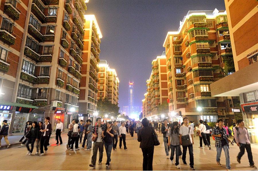 Pedestrian activity in mixed-use area in Liuyun Xiaoqu (Source: ITDP)